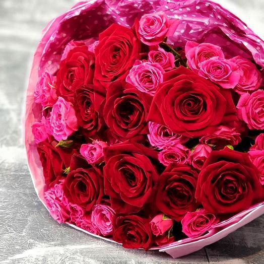 Яркий букет из красных и малиновых роз: букеты цветов на заказ Flowwow