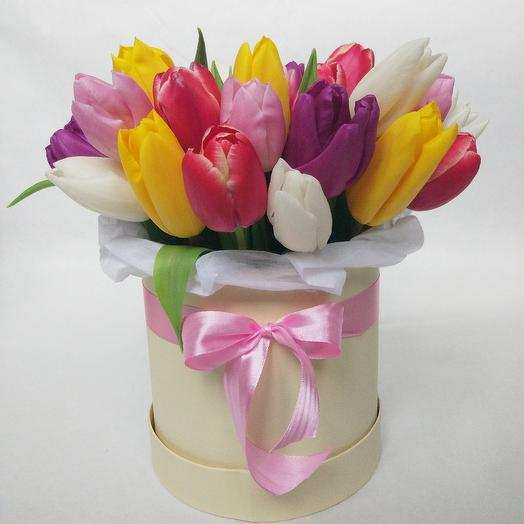 33 тюльпана микс в шляпной коробке: букеты цветов на заказ Flowwow