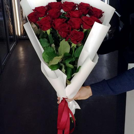 Красные розы в упаковке