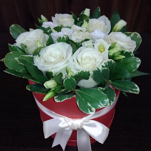 Шляпная коробка с белыми розами: букеты цветов на заказ Flowwow