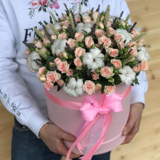 Коробки с цветами. Кустовые розы. Хлопок. Пшеница. N477: букеты цветов на заказ Flowwow