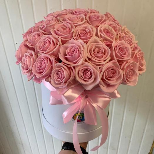 51 роза в шляпной коробке с атласным бантом: букеты цветов на заказ Flowwow