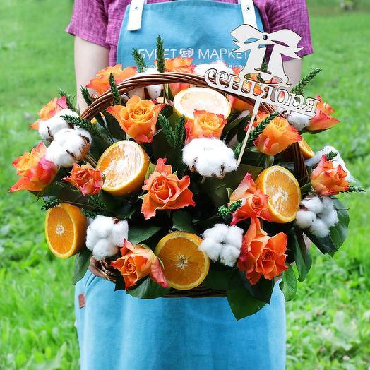 Корзина с апельсином, хлопком и розами