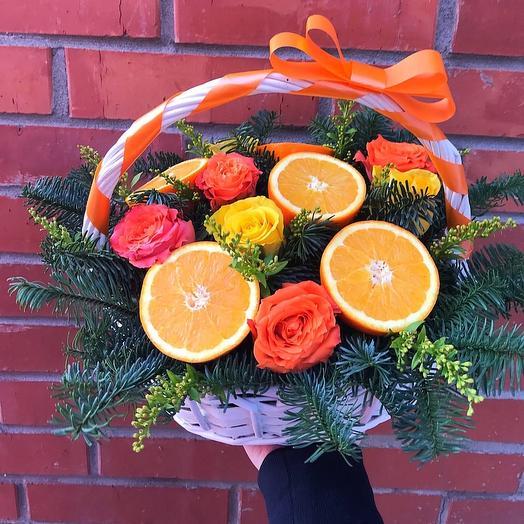 Цветы в корзине с фруктами