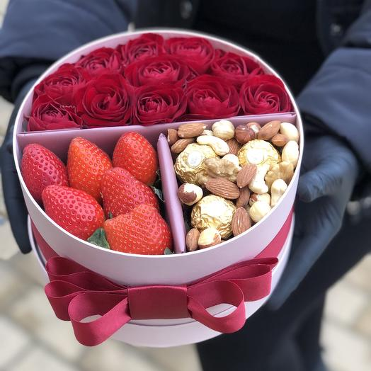 Коробка с розами клубникой орехами и конфетами «Любимой»