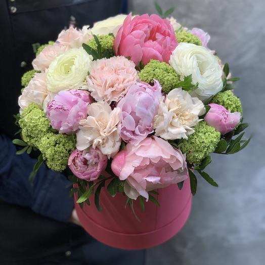 Пионы, ранункулюсы и нежные гвоздики в шляпной коробке: букеты цветов на заказ Flowwow