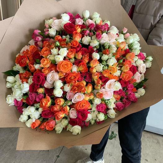 Микс Кустовых роз в дизайнерской упаковке 111 Шт: букеты цветов на заказ Flowwow