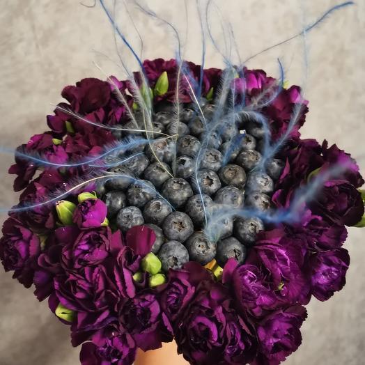 Букет COSMOS из голубики с диантусами💜: букеты цветов на заказ Flowwow
