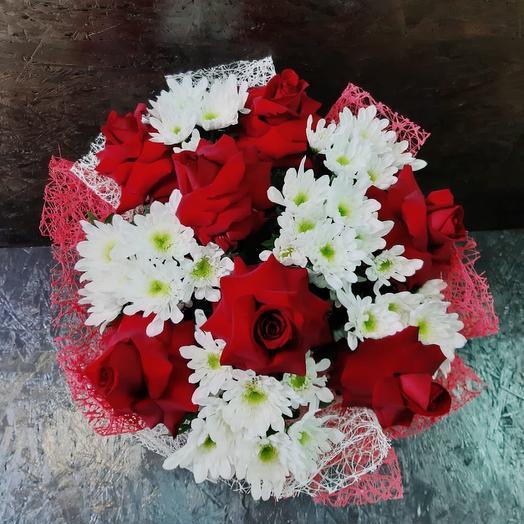 Букет из хризантемы кустовой и красной розы: букеты цветов на заказ Flowwow