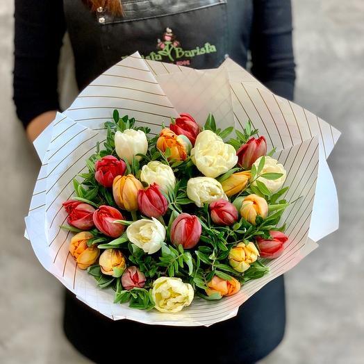 Яркий  букет из пионовидных тюльпанов и ветвей фисташкового дерева