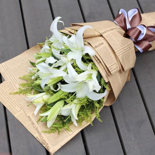 Букет из 5 белых лилий и солидаго в крафте