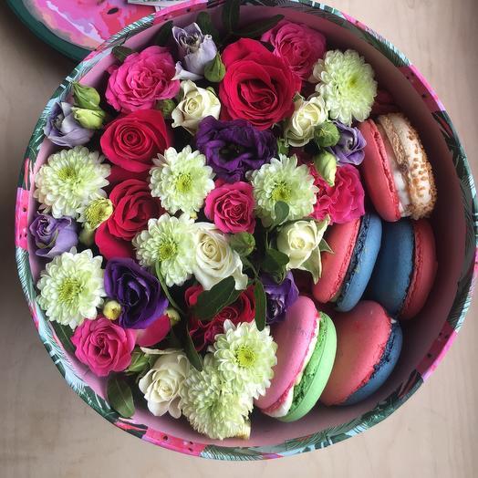 Цветы в коробке с макарунами «Гавайи»