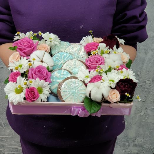 Композиция из роз, хлопка и печенья ручной работы