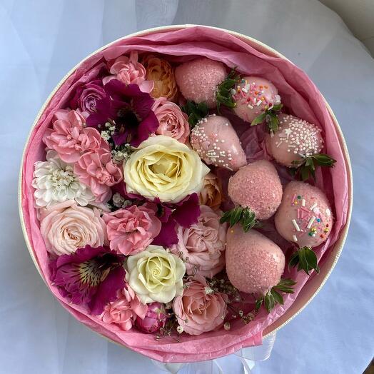 Цветы в коробке и клубника в шоколаде