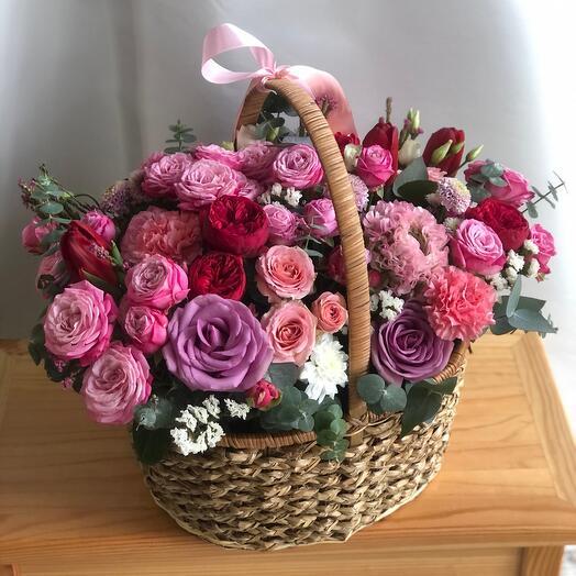 Объемная корзина с пионовидными розами и другими цветами