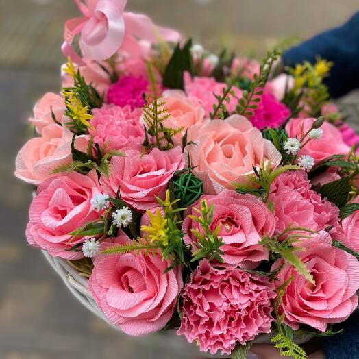 Корзина розовых роз из конфет
