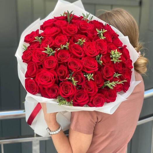 33 бархатные розы с зеленью