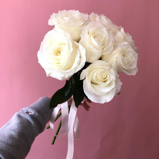 7 белых ароматных роз Прауд