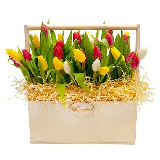 Композиция с тюльпанами Весенняя поляна: букеты цветов на заказ Flowwow