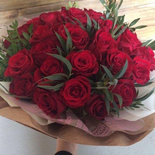 25 бордовых роз с эвкалиптом: букеты цветов на заказ Flowwow