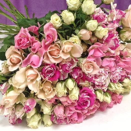 Букет из 21 разноцветной кустовой розы 50 см: букеты цветов на заказ Flowwow