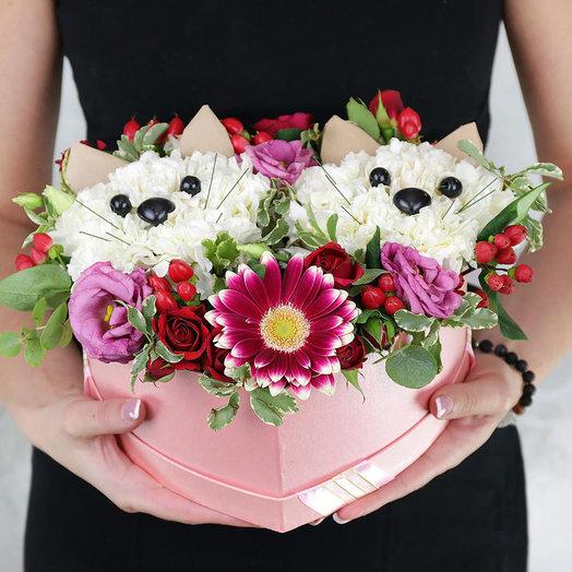 Композиция из гвоздик и роз - два котенка в сердце