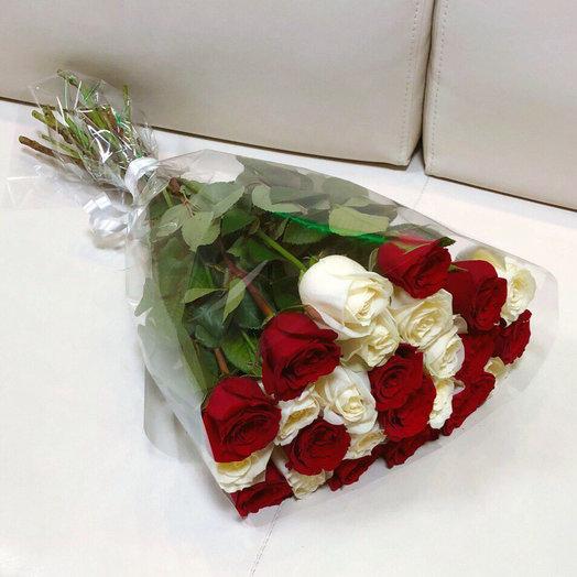 Букет из белых и красных роз: букеты цветов на заказ Flowwow