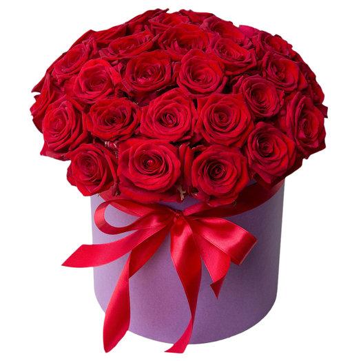 Красные розы в фиолетовой шляпной коробке
