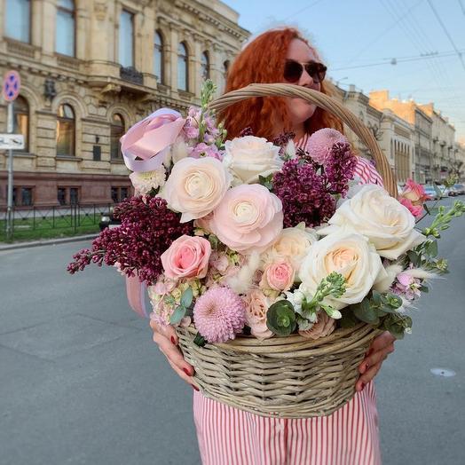 Цветочная композиция в корзине с пионовидными розами и ранункулюсами