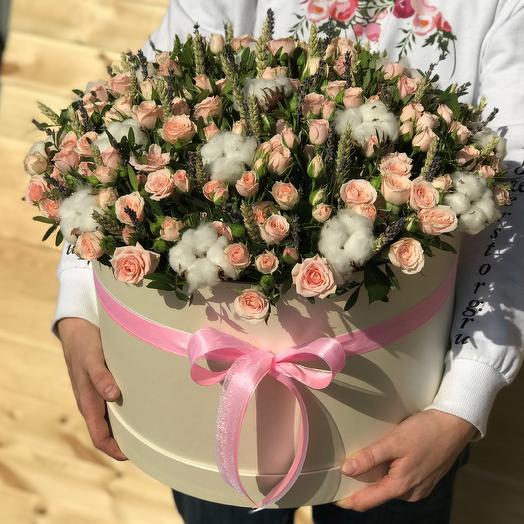 Коробка XXL с цветами. Кустовые розы. Хлопок. Пшеница. N476: букеты цветов на заказ Flowwow