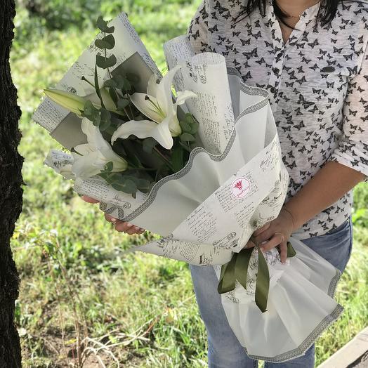 Белая лилия с эвкалиптов в дизайнерской упаковке