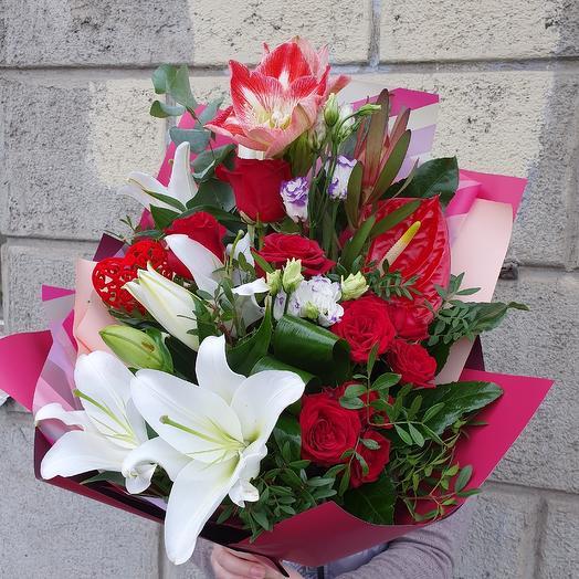 Букет с антуриумом и розами