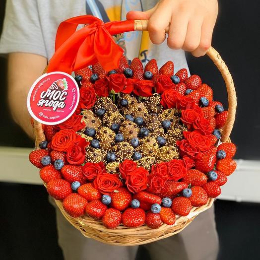 Корзина с клубникой в шоколаде и розами: букеты цветов на заказ Flowwow