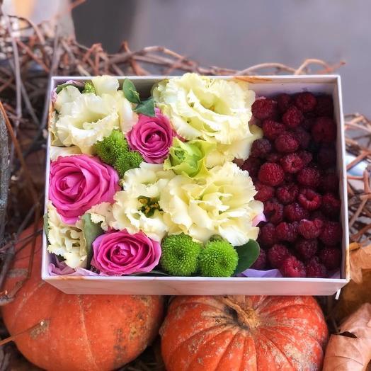 Подарочная коробка с цветами и ягодами