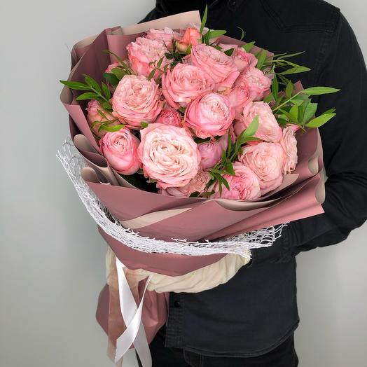 Букет из нежнейших кустовых роз с крупным бутоном