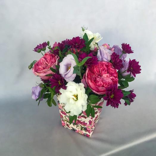 Розы и хризантема в подарочной коробке