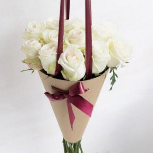 Букет из белых роз в конусе 2