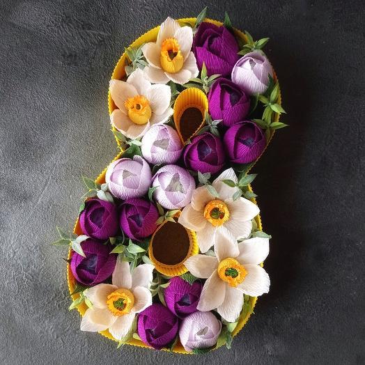 Восьмерка из цветов  с конфетами