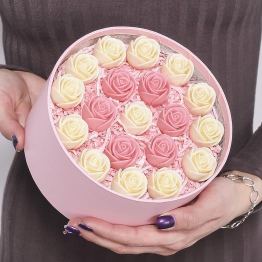 """Закрытая розовая шляпная коробка с 19 шоколадными розами (белые и розовые) с узором """"круг"""" Z19-R-BR-O"""