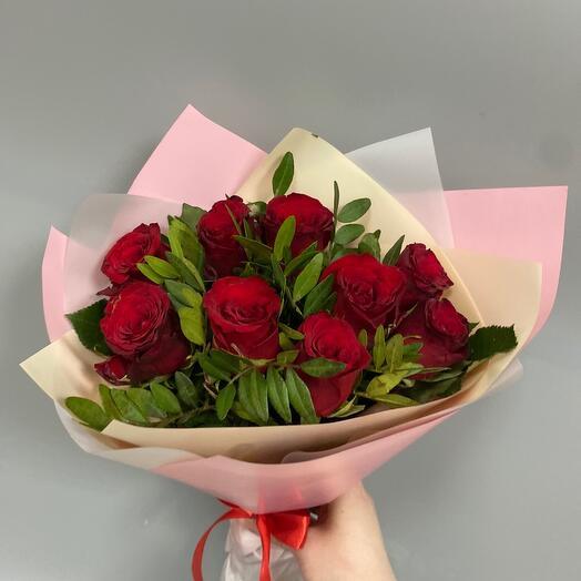 Букет из 9 красных роз с зеленью