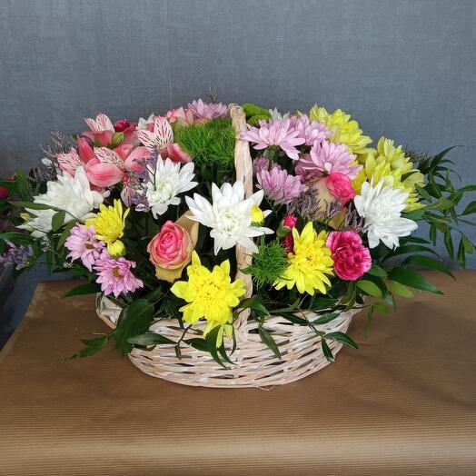 Корзина с  радужными цветами