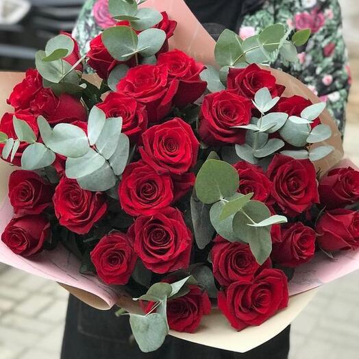 Большой букет из 25 красных роз с эвкалиптом в крафте
