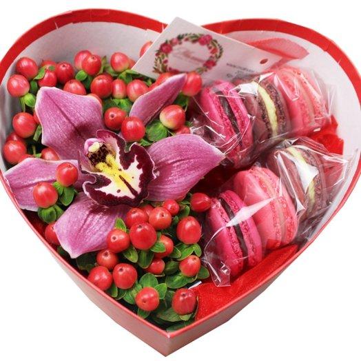 Коробочка с цветами и макарунами 38: букеты цветов на заказ Flowwow