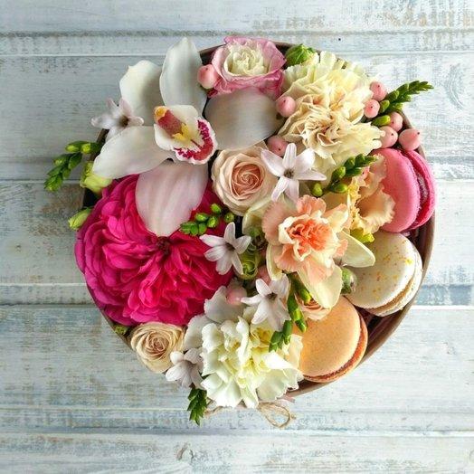 Орхидея и пионовидная роза с макарунами в круглой коробочке: букеты цветов на заказ Flowwow