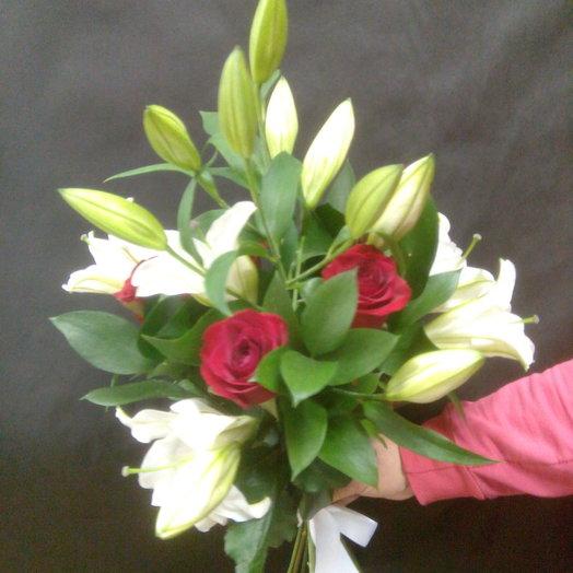 Лилия и розы: букеты цветов на заказ Flowwow