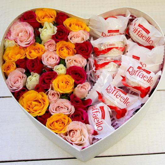 Коробка в виде сердца с розами и Рафаэлло