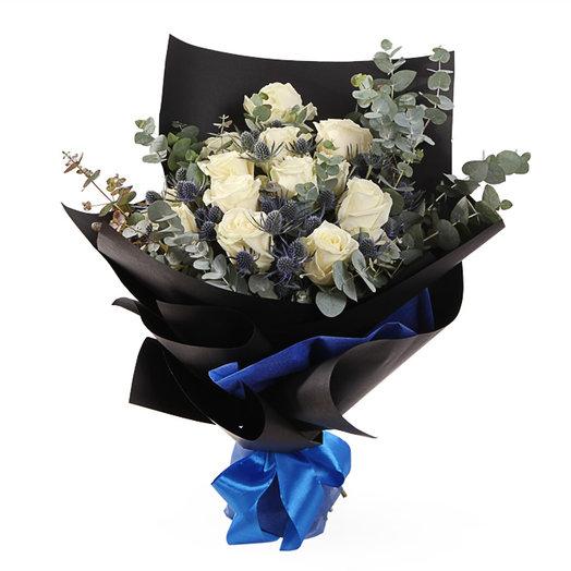 Розы с эвкалиптом и эрингиум: букеты цветов на заказ Flowwow