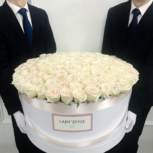 Ароматные эквадорские розы White O Hara в шляпной коробке Royal: букеты цветов на заказ Flowwow