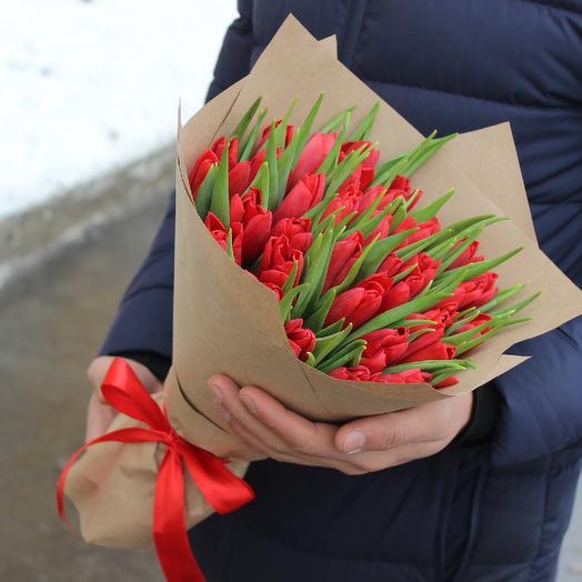 35 красных тюльпанов в крафте