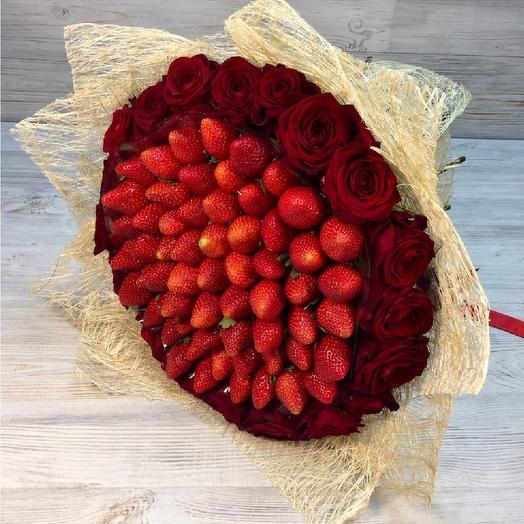 Ароматная клубника с розами: букеты цветов на заказ Flowwow